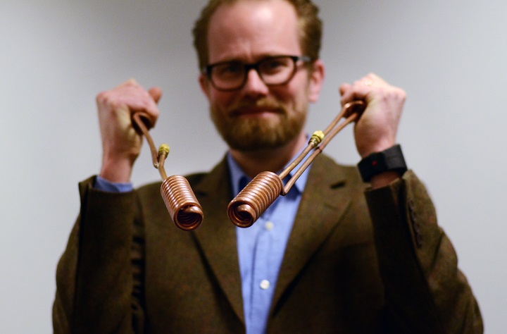 VD Adam Fjaestad visar upp tekniken bakom SoletAer. Foto: Elma Pasalic